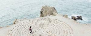 Paysage d'une femme proche de la mer et des rochers