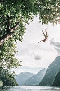 Illustration d'un article Souffle & Thérapie, plongeon d'un homme dans l'eau